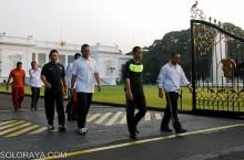 Presiden Joko Widodo (Jokowi) keluar dari gerbang Istana Merdeka untuk berolahraga jalan kaki menuju Bundaran HI, Jakarta, Minggu (2/11). Presiden Jokowi tanpa pengamanan yang mencolok mengawali jalan kaki keluar dari gerbang depan Kompleks Istana Kepresidenan sekitar pukul 06.15 WIB. ANTARA FOTO/HO/Agus Suparto/pd/ss/14